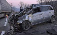 Accident grav pe DN 6. Doi copii în stare gravă, după ce tatăl lor s-a răsturnat cu mașina pe contrasens și a intrat într-un TIR