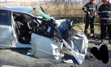 Două femei rănite într-un grav accident, în Gorj. Au intrat cu mașina într-un pom, apoi le-a lovit un TIR