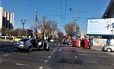 Ambulanță SMURD răsturnată în București. Trei oameni au fost răniți
