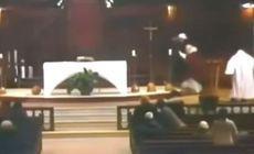 VIDEO | Un preot a fost înjunghiat într-o biserică, în timpul slujbei. Atacul a fost filmat