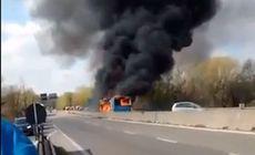 VIDEO | Un imigrant a incendiat un autobuz şcolar în Italia. Cel puţin 12 copii şi doi adulţi s-au intoxicat cu fum