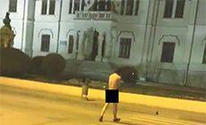 """Un bărbat a fost surprins plimbându-se gol pușcă pe bulevardul """"Pardon"""" din Câmpulung Muscel!"""
