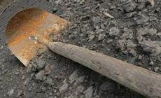 Un bărbat a fost bătut cu lopata de fiul concubinei sale! Totul a pornit de la o pereche de cercei