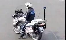Polițist pe motocicletă, dansând în mijlocul intersecției de la Casa Poporului. Imaginile virale au fost comentate de MAI
