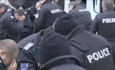VIDEO | Poliţiştii bulgari şi-au dat singuri cu spray iritant în ochi, din cauza vântului, în timpul unui protest