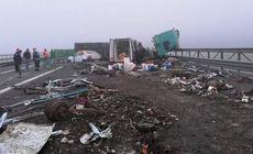 Trafic blocat pe Autostrada Soarelui spre Constanța, după ce un TIR plin cu fier vechi a lovit o camionetă și s-a răsturnat