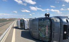 Două microbuze s-au răsturnat pe Autostrada Timișoara-Arad. Cauza, explozia unui cauciuc |FOTO