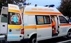 Ambulanță împotmolită în noroi când mergea la un pacient în Vaslui. Pompierii au intervenit cu șenilata pentru a o scoate