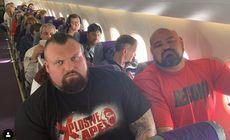 Doi uriași au fost puși să stea pe scaune alăturate în același avion. Imaginea a devenit virală