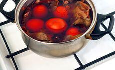 Ce să pui în apă când fierbi ouă ca să se curețe repede și frumos