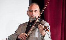 Ramon Radosav, fostul basist al rockerilor de la Cargo, cântă la vioară în restaurantele românești din New York