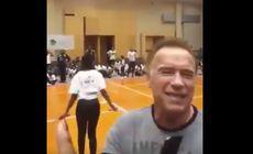 VIDEO/ Arnold Schwarzenegger, lovit de un bărbat în timpul unei vizite în Africa de Sud