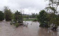 Cod portocaliu de inundaţii pe râuri din trei judeţe, până vineri seara