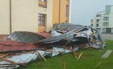 Acoperișul unui cămin a fost luat de vânt în Târgoviște |FOTO
