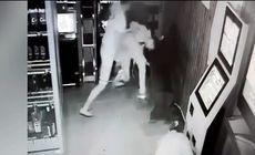 VIDEO | Un tânăr în vârstă de 22 de ani a fost băgat în spital de un puști de 16 ani