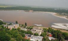Fenomen ciudat la Lacul Sărat. Apa a devenit portocalie, iar lacul este în pericol