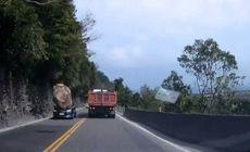 Incident terifiant în trafic. Un bolovan uriaș s-a desprins de pe un versant