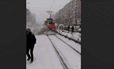 Ce a pățit angajatul RATB care i-a umplut de zăpadă pe călători, în stație