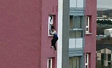 Imaginea tulburătoare cu o femeie ținută de păr, pe geam, înainte să cadă de la etajul 11