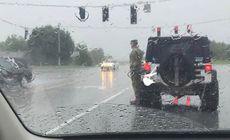 Ploua torential.Un soldat ud leoarca statea drepti pe marginea drumului. Un singur sofer a oprit