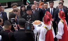 Primele imagini cu Kim Jong-un, din timpul vizitei în Rusia. A fost primit cu pâine și sare