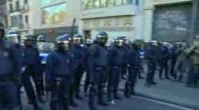 Video / Bătaie între studenţi şi poliţişti, în Barcelona