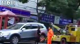 A tras după ea maşina care-i ridica autoturismul parcat aiurea