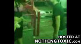 VIDEO: Şi femeile ştiu să dea cu pumnul!
