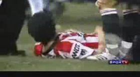 Video / Atacat de un fan pe terenul de fotbal