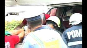 VIDEO / Imagini şocante! 13 morţi după ce un tren a lovit un microbuz