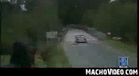 Video / O mamă şi fiica ei au scăpat cu viaţă dintr-un accident teribil
