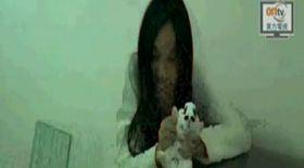 Video şocant | O chinezoaică omoară un iepuraş în cel mai cumplit mod