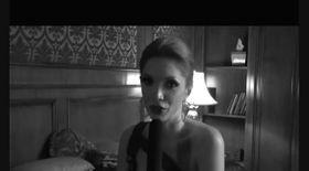 Video |Cristina Spătar ne arată peruca pe care o poartă în noul videoclip