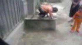 Video / S-a aruncat în cap