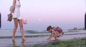 Moni și fetiţa ei au făcut desene pe nisip, la mare