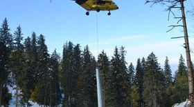Ca să termine mai repede pârtia din Poiana Braşov, au «plantat» stâlpii cu elicopterul