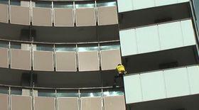 Spiderman s-a căţărat pe hotelul Intercontinental din Capitală