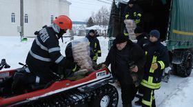 Pompierii au dus pâine în satele izolate de zăpezi din Botoşani