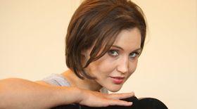 """VIDEO/Daniela Nane repetă pentru primul ei rol… masculin: """"Regizorul Alexandru Darie vrea să mă tundă și mai scurt!"""""""