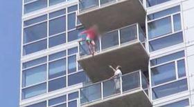 A încercat să se arunce de la etajul 14. Vezi ce s-a întâmplat!