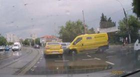 GRAV ACCIDENT FILMAT în CAPITALĂ! Un copil a fost luat în plin pe trecerea de pietoni şi aruncat sub o altă maşină | VIDEO