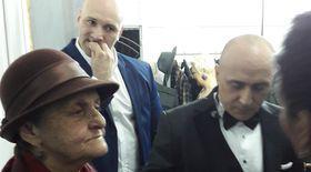 VIDEO/ Emoție și aplauze ultimul concert al lui Marcel Pavel. Artistul a îngenuncheat în fața mamei sale, de 78 de ani!