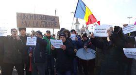 Sute de muncitori de la ArcelorMittal Galaţi protestează în curtea combinatului