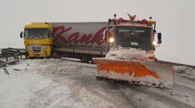Traficul pe Autostrada A2 este blocat complet din cauza zăpezii. Un TIR a derapat