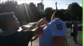 Jandarm lovit de protestatar. Noi imagini de la manifestaţia din Piaţa Victoriei de acum două zile