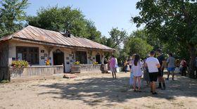 Brunch în Teleorman, în curtea lui Moromete din satul Talpa. Cu sarmale, ciorbă, chiftele, muzică și tradiții oltenești