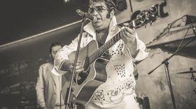 Elvis Rromano, sosia regelui rock'n roll, și-a făcut  propria școală acasă. În banii de la concerte învață copiii analfabeți din satul unde e profesor!