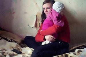 Ea este cea mai tânără mamă din România. Povestea terifiantă, la ce orori a fost supusă de tatăl ei