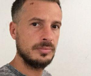 """Gabriel este stabilit în Marea Britanie, dar s-a întors recent în România, în Cluj. Într-o seară, a ieșit cu un prieten la o terasă, când a fost luat pe sus de polițiști: """"«Te duci la solar, bulangiule? Eşti homosexual?» şi a continuat să dea în mine"""""""