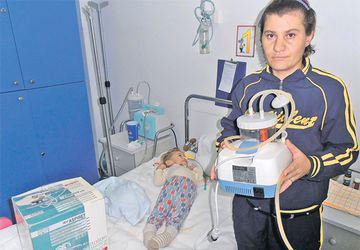 Mihai, băiatul ars cu sodă caustică, a primit aparatul necesar pentru tratament